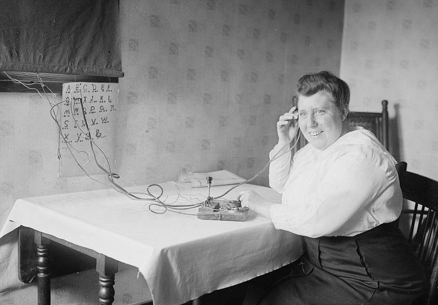 Frau am Schreibtisch sendet Morsezeichen